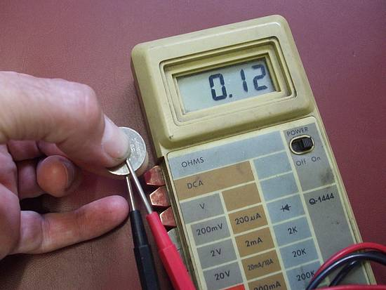 Testing voltage on a used CR2032 button cell